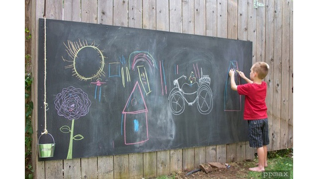 diy chalkboard fence for the kids outside